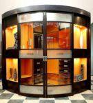 фото раздвижные радиусные двери со стеклянными вставками