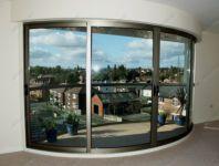 фото стеклянные прозрачные раздвижные радиусные двери