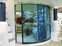фото тонированные стеклянные раздвижные радиусные двери