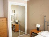 фото двойные раздвижные зеркальные двери в белой раме