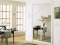 фото высокие зеркальные двери с белым обрамлением