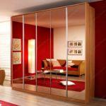 фото двойные зеркальные двери для шкафа-купе с матовыми вставками сверху и снизу