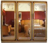 фото тройные зеркальные двери для шкафа-купе с узорами