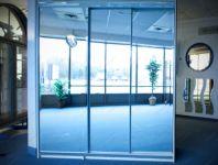 фото зеркальные двери с тремя уровнями для шкафа-купе