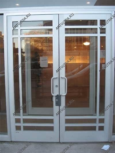 входные двери со стеклопакетом в магазине