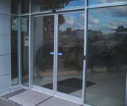фото стеклянный дизайн входных групп в агенство недвижимости