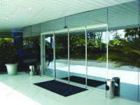 фото автоматические стеклянные двери в гостиничный комплекс