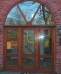 фото двустворчатые деревянные двери в университет