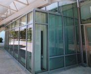 фото металлические входные группы с прямоугольной формой остекления выставочного павильона