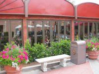 фото распашные металлические входные группы в кафе на набережной