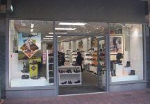 фото распашные металлические входные группы в магазин обуви