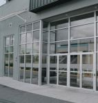 фото стеклянные распашные двери в выставочный салон