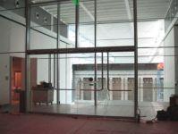фото входные группы из стекла в строящемся торговом центре