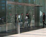 фото входные маятниковые группы из стекла железодорожного вокзала