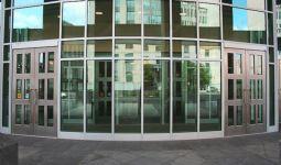 фото двустворчатые распашные двери в учебный центр