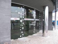 фото маятниковые двустворчатые двери в салон мебели