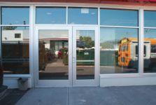 фото входная группа магазина с зеркальным стеклом