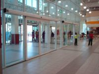 фото одностворчатая входная группа торгового центра