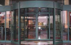 фото радиусная входная группа торгового центра