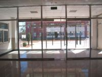 фото стеклянные входные двери в магазин