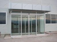 фото автоматические раздвижные двухстворчатые стеклянные двери
