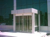 фото автоматические раздвижные стеклянные двери из алюминия