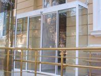 фото автоматические раздвижные стеклянные двери из пластика