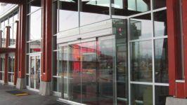 фото наружные раздвижные двери из стекла