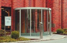 фото автоматические полукруглые двери для строительной компании