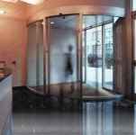 фото автоматические полукруглые двери из алюминиевого профиля