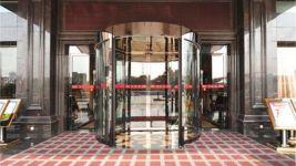 фото автоматические полукруглые двери в музей