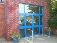 фото автоматические двустворчатые распашные двери в магазин автозапчастей