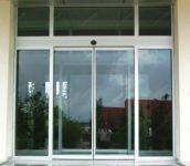фото автоматические раздвижные двери магазина зоотоваров