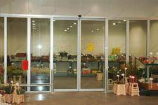 фото автоматические раздвижные двери павильона садоводческих товаров