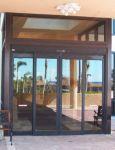 фото автоматические раздвижные двери ресторана в утренние часы