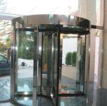 фото автоматические револьверные двери главного холла отеля