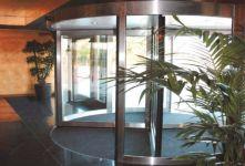фото автоматические револьверные двери гостиничного комплекса
