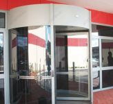 фото автоматические револьверные двери магазина студии