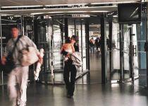 фото автоматические револьверные двери в аэропорту