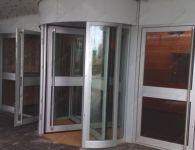 фото автоматические револьверные двери в холле бизнес центра
