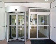 фото автоматические револьверные двери в кинотеатр