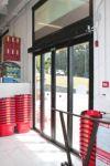 фото автоматические телескопические двери магазина кафе