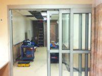 фото автоматические телескопические двери в ремонтируемом здании