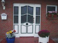 фото деревянные распашные входные двери со стеклом частного дома