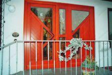 фото деревянные входные двери со стеклом магазина сувенирной продукции
