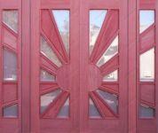 фото деревянные входные двустворчатые двери со стеклом выставочного зала