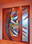 фото деревянные входные комбинированные двери со стеклом в детской школе искусств