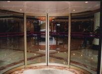 фото радиусные входные двери со стеклом