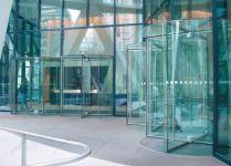 фото револьверные входные двери со стеклом