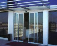 фото телескопические входные двери со стеклом